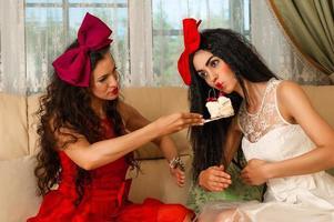 twee vrouwenpoppen voor een theekransje