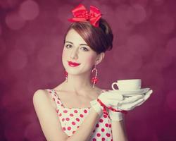 mooie roodharige vrouwen met kopje thee. foto
