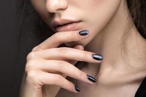 """meisje met lichte make-up en manicure """"cat's eye"""". foto"""