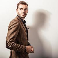 elegante jonge knappe man in luxe kostuum. studio mode portret. foto