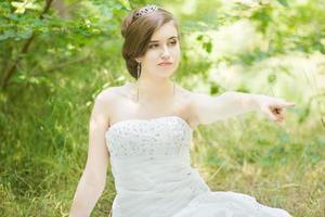 portret van een mooie jonge bruid in de natuur