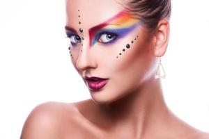 geïsoleerd op witte achtergrond mooie vrouw met kleurrijke make-up foto