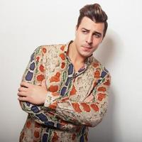 elegante jonge knappe man in helder kleurrijk shirt.