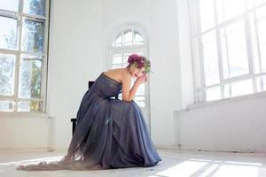 de prachtige ballerina sirtting in lange grijze jurk
