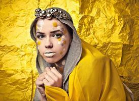 mode mooie vrouw over grunge gele achtergrond.