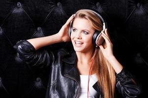 luisteren naar haar favoriete liedje. foto