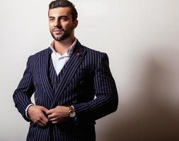 elegante jonge knappe man in klassiek donkerblauw kostuum.