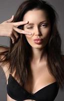 mooie vrouw met donker haar met natuurlijke make-up