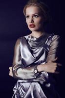 vrouw met blond haar luxe zilveren jurk dragen