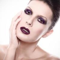 mooie vrouw met donkere gotische make-up