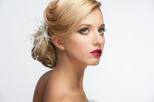meisje met kapsel en make-up foto