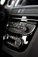 modern dashboard met klimaatregeling in auto-interieur foto
