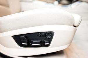 automatische, luxe en comfortabele autostoelen foto