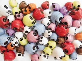 de medische achtergrond van kleurrijke schedels foto