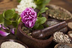 kruidengeneeskunde, houten tafel achtergrond foto