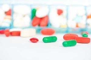 medicijn tablet en capsule in wekelijkse pillendoos foto