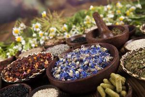 alternatieve geneeskunde, gedroogde kruiden achtergrond foto