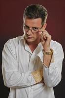 suspicius man kijkt uit over bril