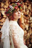 mooie rode haren bruid met bloemen