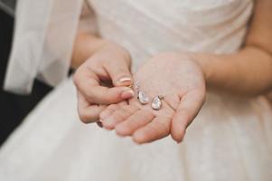 de bruid toont sieraden. foto