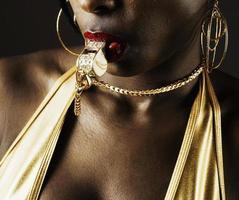 vrouw blaast gouden fluitje foto