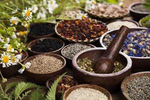 natuurlijke remedie, kruidengeneeskunde en houten tafel achtergrond foto