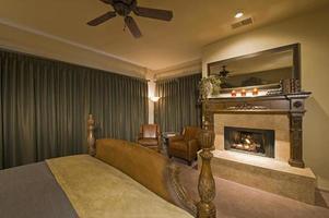 slaapkamer interieur met open haard foto