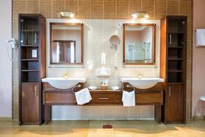 twee wastafels in elegante luxe badkamer foto