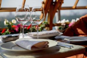 tafel geserveerd op de veranda foto
