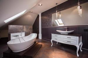 stijlvolle bruine badkamer foto