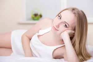 meisje in bed foto