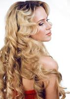 schoonheid blonde vrouw met lang krullend haar geïsoleerd, kapsel wav foto