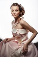 portret van een mooi jong meisje in een trouwjurk