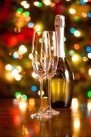Kerst achtergrond met glazen en een fles champagne