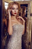 prachtige vrouw met blond haar in een elegante jurk