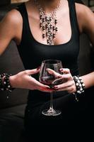 vrouw en wijn foto