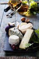 verschillende soorten kaas en witte wijn foto