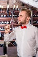 sommelier in de wijnkelder foto