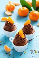 chocolade cupcakes met sinaasappel en chocolade. foto