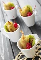 gebakken garnalen met vers fruit foto