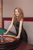 blonde vrouw in casino foto