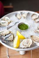 geserveerd oesters foto