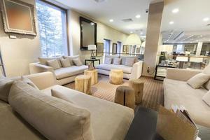 elegante lobby van het berghotel met houten logboeken