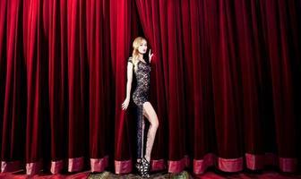 schoonheid blonde vrouw op het podium
