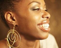 jonge vrouw gouden oorbellen dragen foto