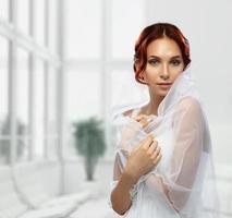portret van mooie jonge mode bruid in interieur foto