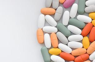 stapel verschillende pillen in blaren geïsoleerd op een witte pagina foto