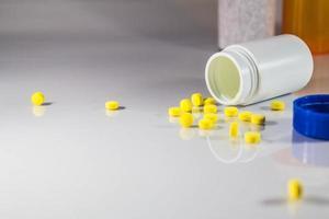fles liggend op de vloer foto