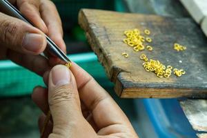 goudsmid aan het werk met een onafgemaakt werk. foto