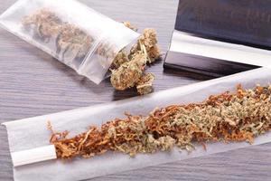 gedroogde cannabis op vloei met filter foto